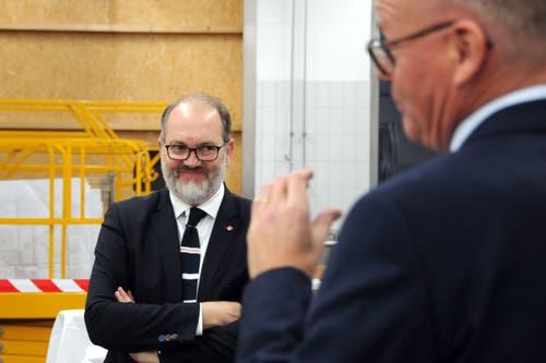 Besuch von Bundesrat Johann Schneider-Ammann am FDP-Partetag Obwalden in der Käserei Seiler in Giswil. Kantonalpräsident Hans-Melk Reinhard hört VR-Präsident Hansruedi Aggeler zu.(Bild: Markus von Rotz (Giswil, 31. Oktober 2018))