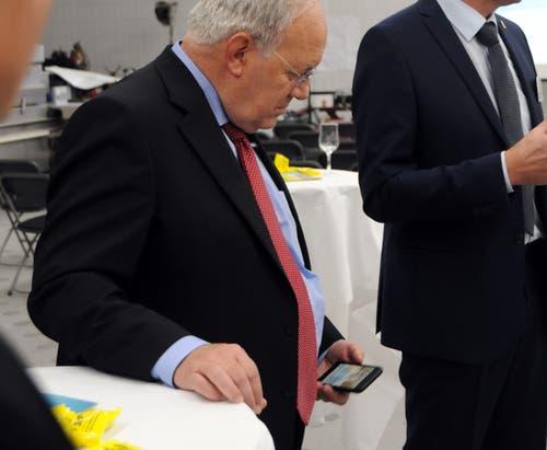 Besuch von Bundesrat Johann Schneider-Ammann am FDP-Partetag Obwalden in der Käserei Seiler in Giswil. Oder mal ein verstohlener Blick aufs Handy.(Bild: Markus von Rotz (Giswil, 31. Oktober 2018))