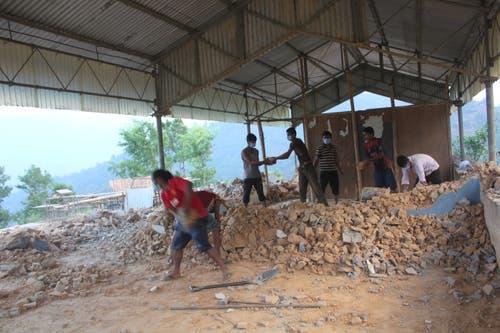 Beim Erdbeben wurde alles zerstört. Die Kinder lernten zuerst draussen. Eine provisorische Schule war nötig. (Bild: PD)