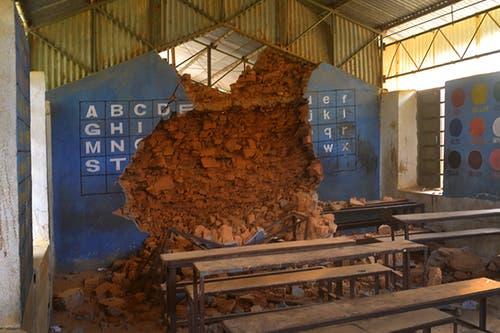 Das Schulhaus wurde beim Erdbeben massiv zerstört. (Bild: PD)