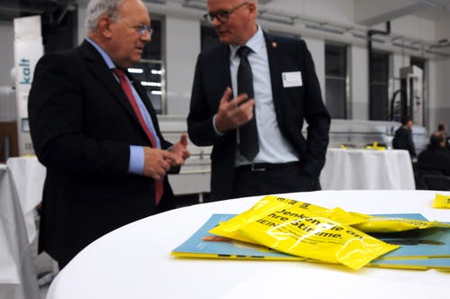 Besuch von Bundesrat Johann Schneider-Ammann am FDP-Partetag Obwalden in der Käserei Seiler in Giswil. Auf dem Rundgang hier mit VR-Präsident Hansruedi Aggeler (rechts) - auf dem Tisch werden Stimmbürger und Redner erinnert, an ihre Stimme zu denken.(Bild: Markus von Rotz (Giswil, 31. Oktober 2018))