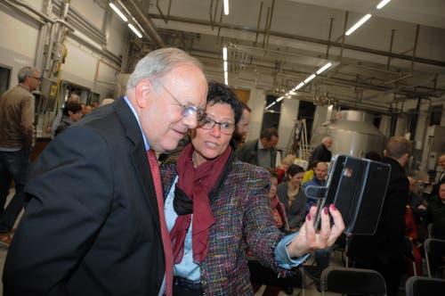 Besuch von Bundesrat Johann Schneider-Ammann am FDP-Partetag Obwalden in der Käserei Seiler in Giswil. RR Maya Büchi hält den Besuch auf einem Selfie fest.(Bild: Markus von Rotz (Giswil, 31. Oktober 2018))