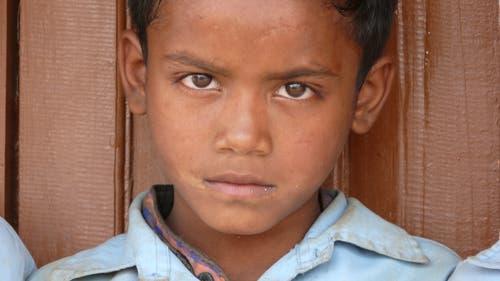 Kinder können in Chainpur zwei Jahre den Kindergarten und anschliessend zehn Jahre lang die Schule besuchen. Das benötige Material wie Bücher und Schulhefte werden unentgeltlich abgeben. (Bild: PD)