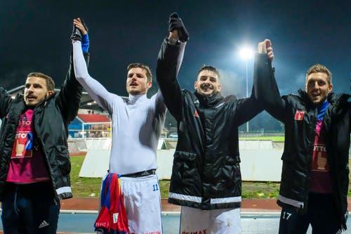 Die Mannschaft lässt sich von den Fans feiern: Oliver Custodio, Pascal Schürpf, Stefan Knezevic und Simon Grether jubeln nach dem Spiel. (Bild: Martin Meienberger / Freshfocus (Chiasso, 1. November 2018))