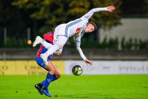 Luzerns Silvan Sidler (vorne) fliegt gegen Chiassos Stefano Guidotti zu Boden. (Bild: Martin Meienberger / Freshfocus (Chiasso, 1. November 2018))