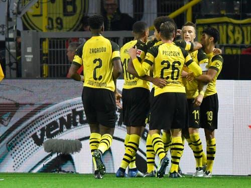 Die Dortmunder feiern mit Doppeltorschütze Marco Reus (Nummer 11) den Sieg gegen Bayern München (Bild: KEYSTONE/AP/MARTIN MEISSNER)