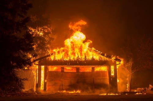 Unzählige Häuser stehen in Flammen. (Bild: Peter Da Silva, Maglia, 9. November 2018))