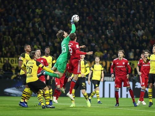 Schweizer Keeper Marwin Hitz (in grün) gab ausgerechnet im Spitzenspiel gegen Bayern München sein Bundesliga-Debüt für Borussia Dortmund (Bild: KEYSTONE/EPA/FRIEDEMANN VOGEL)