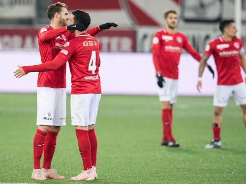 Miguel Rodrigues (rechts) und Roy Gelmi feiern den Sieg gegen den FC Basel (Bild: KEYSTONE/PETER SCHNEIDER)