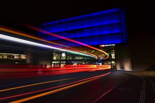 Auch nach Jahren ist die Faszination des Zuger-Bahnhofes mit der Lichtkunst von James Turell ungebrochen. (Bild: Ernst Rohrer (Zug, 9. November 2018))