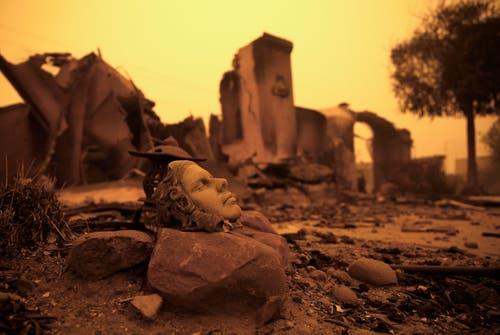 Ein Stück Kunst ausserhalb eines zerstörten Hauses. (Bild: Rich Pedroncelli/AP (Paradise, 9. November 2018))
