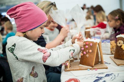 Hauptsache viel Zuckerguss: Lisa (10) aus Altdorf verwendet ihr liebstes Bau-Instrument. (Bild: Manuela Jans-Koch, Malters, 10. November 2018)