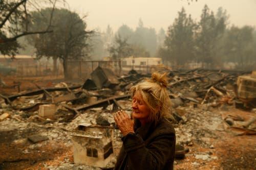 Eine Anwohnerin in den Ruinen ihres Hauses. Sie blieb auf ihrem Grundstück, um ihre 14 Pferde zu beschützen. Sie überlebten. (Bild: John Locher/AP (Paradise, 9. November 2018)