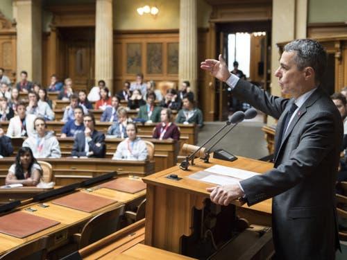 Bundesrat Ignazio Cassis spricht an der Jugendsession am Samstag im Nationalratssaal in Bern. (Bild: Keystone/PETER SCHNEIDER)