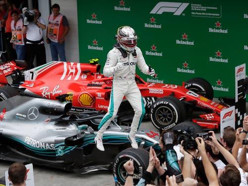 Hamilton springt jubelnd von seinem Mercedes-Dienstfahrzeug (Bild: KEYSTONE/AP/ANDRE PENNER)