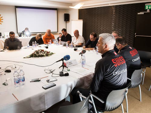 Vladimir Petkovic erläutert Schweizer Sportjournalisten die aktuelle Situation. (Bild: KEYSTONE/TI-PRESS/ALESSANDRO CRINARI)