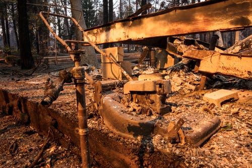 Ausgebrannter Rasenmäher vor einem ebenfalls total zerstörten Haus im Ortszentrum von Magalia. (Bild: Peter Dasilva/EPA, 11. November 2018))