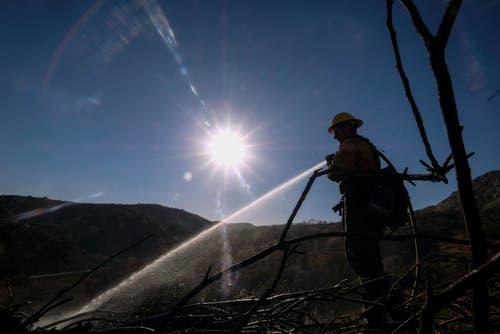 Ein Feuerwehrmann bei Löscharbeiten im Hügelland im westlichen Kalifornien. (Bild: Eugene Garcia, 11. November 2018)