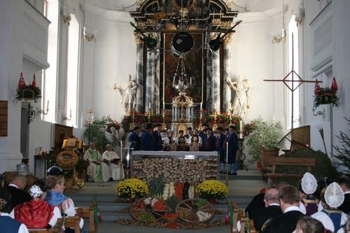 Die wunderbar geschmückte Pfarrkirche in Beckenried. (Bilder: Sepp Odermatt (11. November 2018))