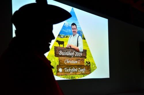 Christian Limacher schaut sich seinen eigenen Film zur Motto-Präsentation an.