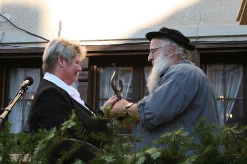 Der langjährige Dorfchlag-Schreiber erhält von Gemeinderätin Margrit Murer den Anerkennungspreis.