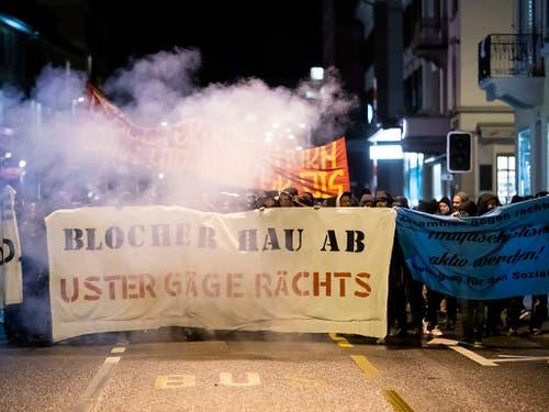«Blocher hau ab»: Die Demonstranten in Uster ZH störten sich vor allem daran, dass Christoph Blocher in seiner Rede zum Landesstreik dem Militär dankte. (Bild: KEYSTONE/CHRISTIAN MERZ)