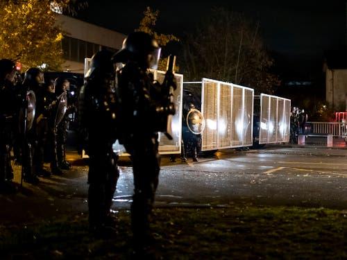 Kein Durchkommen: Die Polizei sperrte vor dem Vortrag von Christoph Blocher Strassen in Uster ZH. (Bild: KEYSTONE/CHRISTIAN MERZ)