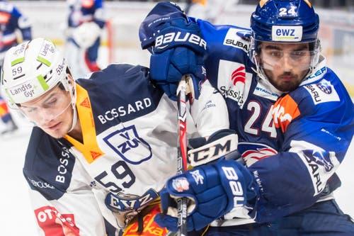 Zugs Dario Simion (links) kämpft mit Phil Baltisberger um den Puck. (Bild: Ennio Leanza/Keystone (Zürich, 13. November 2018))