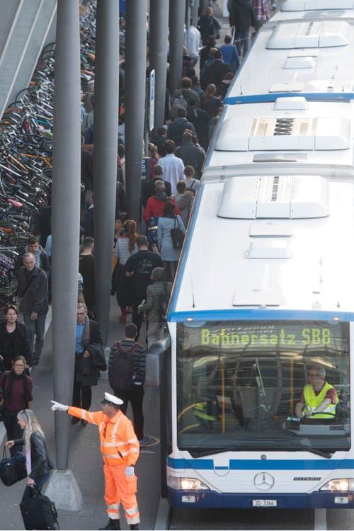 Der Bahnhofvorplatz wurde zum Busterminal - auch Busse aus Zug kamen zum Einsatz. (Bild: Urs Flüeler/Keystone (Luzern, 23. März 2017))