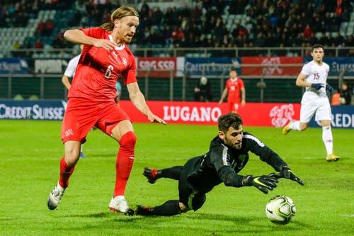 Der katarische Torhüter Yusesef Hassan (rechts) ist schneller am Ball als Michael Lang. (Bild: Marc Schumacher / Freshfocus (Lugano, 14. November 2018))