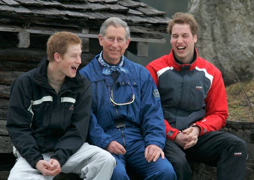 Charles mit Harry (links) und William (rechts) am Fototermin während ihres jährlichen Skiurlaubs in Klosters (Bild: Archiv/KEYSTONE/Arno Balzarini)