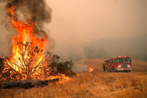 Die Feuerwehr versucht einen Hotspot in Malibu zu löschen. Bestärkt durch starke Winde haben die Brände 150 Häuser und riesige Landflächen verwüstet. (Bild: EPA/MIKE NELSON, 8. November 2018)