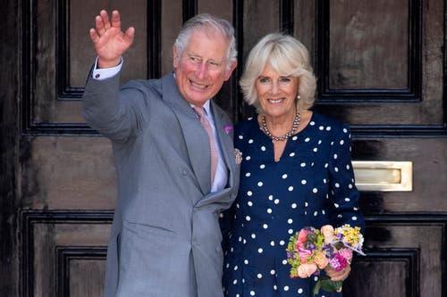 Prinz Charles und seine zweite Frau Camilla, Herzogin von Cornwall, verlassen die Guildhall, Salisbury, Wiltshire. Sie besuchten Unternehmer in der Stadt, die von der Vergiftung des früheren russischen Spions Sergei Skripal und seiner Tochter im März betroffen war. (Bild: Archiv/EPA/WILL OLIVER, 22. Juni 2018)