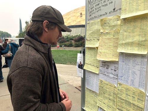 Wie im Krieg: Der Evakuierte Greg Gibson sucht nach Informationen über seine vermissten Nachbarn. Aufgenommen in der Neighborhood Church in Chico. (Bild: AP Photo/Gillian Flaccus, 13. November 2018).