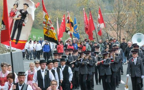 Der Festumzug wird musikalisch begleitet. Bild: Ernst Immoos