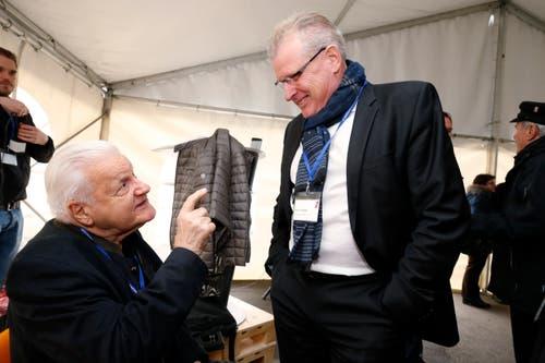 Im Bild: Ehrenpräsident Friedrich Nussbaumer im Gespräch mit Regierungsrat Heinz Tännler. (Bild: Stefan Kaiser (Zug, 15. November 2018))