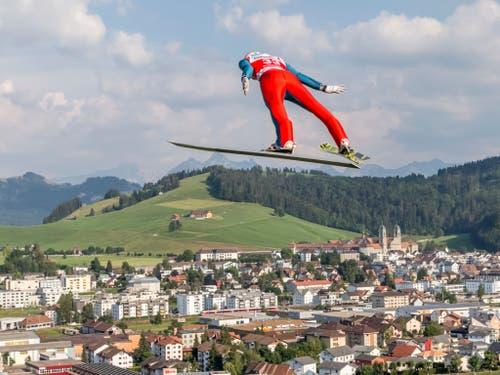 Auch Gregor Deschwanden - hier beim Sommer-Grand-Prix in Einsiedeln - will in der neuen Saison hoch hinaus. (Bild: KEYSTONE/THOMAS HODEL)