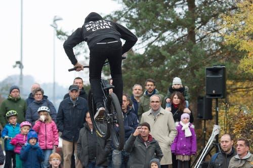 Der Luzerner Stadtpräsident Beat Züsli beobachtet an der Eröffnungsfeier die mutigen Fahrer. (Bild: Dominik Wunderli, 17. November 2018)