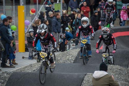 Professionell sehen sie aus: Die jungen Biker testen die neue Anlage. (Bild: Dominik Wunderli, 17. November 2018)