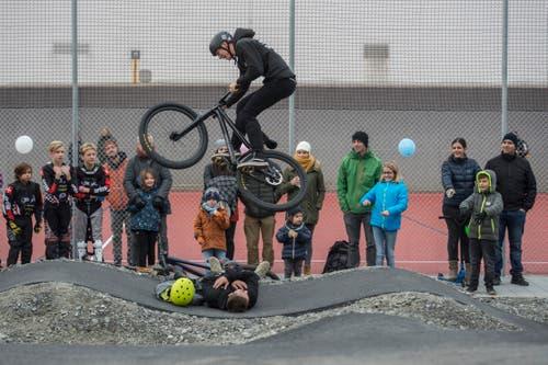 Die Biker zeigen ihre mutigen Tricks. (Bild: Dominik Wunderli, 17. November 2018)