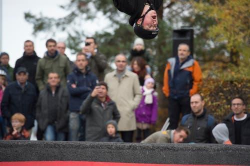 Die Teilnehmer der Eröffnungsfeier schauen lieber zu, als in der Haut des jungen Bikers zu stecken. (Bild: Dominik Wunderli, 17. November 2018)