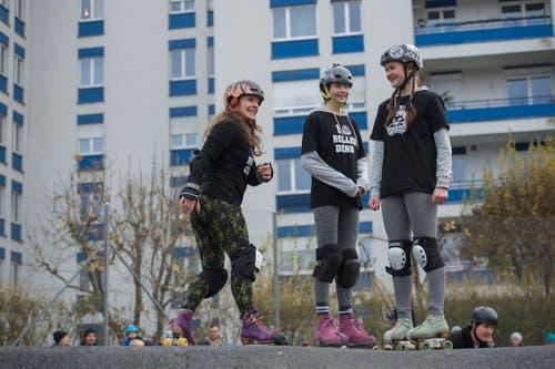 Von wegen Männerding: Skaten und Rollerbladen erfreut sich auch bei diesen jungen Frauen grosser Beliebtheit. (Bild: Dominik Wunderli, 17. November 2018)