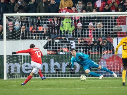 Ricardo Rodriguez trifft vom Penaltypunkt sicher zum 1:2. (Bild: Ennio Leanza / Keystone (Luzern, 19. November 2018))