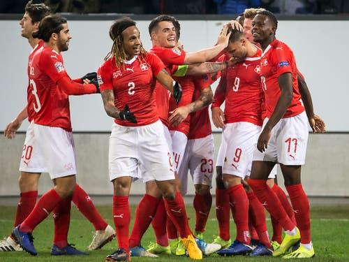 Matchwinner Haris Seferovic (9) und die ganze Schweizer Mannschaft ist zu Recht euphorisch nach dem 5:2 gegen Belgien. (Bild: Alexandra Wey / Keystone (Luzern, 18. November 2018))
