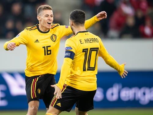 Da freuen sich die Brüder noch: Eden Hazard gratuliert Thorgan, der bis in die 17. Minute zweimal zum 2:0 trifft. (Bild: Ennio Leanza / Keystone (Luzern, 19. November 2018))