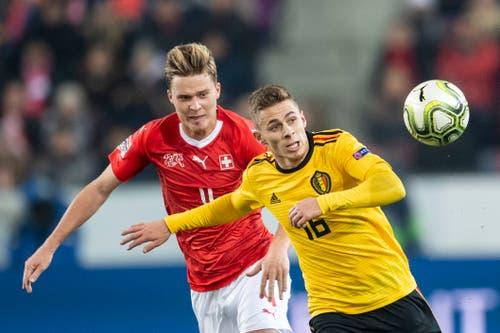 Zweikampf zwischen Nico Elvedi (links) und Thorgan Hazard. Bild: Ennio Leanza/Keystone (Luzern, 18. November 2018)
