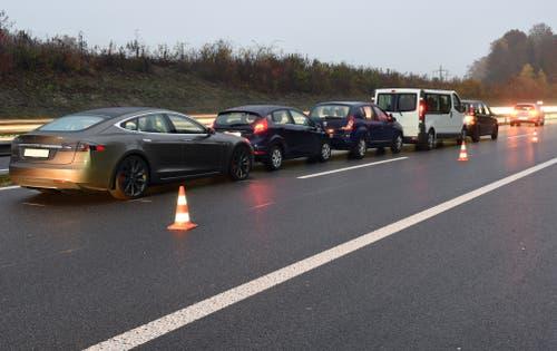 Sempach - 14. NovemberIm dichten Morgenverkehr kam es auf der Autobahn A2 zu zwei Auffahrkollisionen mit total acht Fahrzeugen. Zwei Personen wurden verletzt. Der Sachschaden beträgt 36'000 Franken. (Bild: Luzerner Polizei)