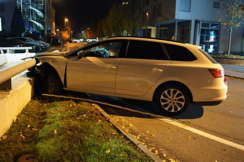 Steinhausen - 17. NovemberEin Autofahrer ist beim Bahnhof in eine Mauer gefahren. Der alkoholisierte Mann blieb unverletzt. (Bild: Zuger Polizei)