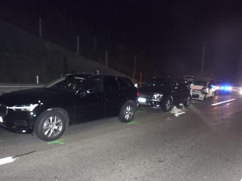 Göschenen - 16. NovemberBei einer Auffahrkollision auf der Autobahn A2 im Bereich der Dossierstelle Schöni sind drei Autos zusammengestossen. Verletzt wurde niemand. (Bild: Kantonspolizei Uri)