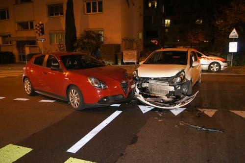 Zug - 8. NovemberAuf der Industriestrasse stossen zwei Autos zusammen. Verletzt wurde niemand. Schuld am Unfall ist ein ortsunkundiger Lenker, der bei einer Ampel davon ausging, dass der Gegenverkehr keine freie, also Rot, hat. (Bild: Zuger Polizei)